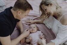 Baby liegt auf einer Decke - Bielefeld